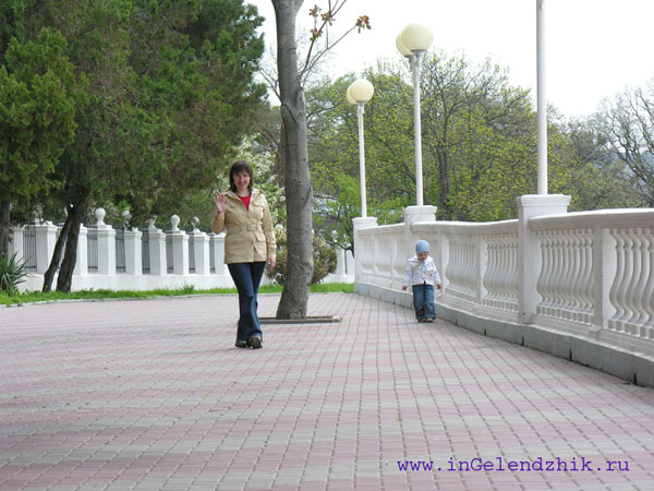 Геленджик 2008 апрель, на набережной